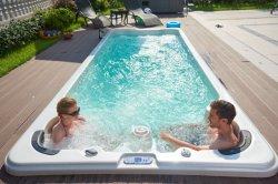 Raggruppamento esterno della STAZIONE TERMALE di nuotata di massaggio e di nuoto della vasca calda