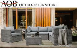 現代屋外の庭のテラスのホームデッキのバルコニーの藤の柳細工の家具の余暇のラウンジのソファー