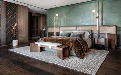 Beach Villa Quarto principal com cama de Nogueira Tecidos de vime guarnição de latão sofá e mesa de jantar em mármore com cadeiras de vime