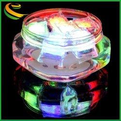 A luz de LED piscando cubos de gelo com o logotipo de plástico