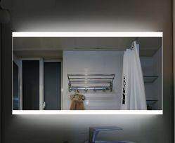 壁にはシルバーのスマート家具、化粧台、 LED バスルーム、フロートガラスミラーが備わっている