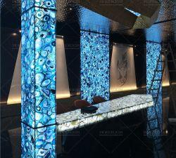 贅沢な喫茶店の大広間によってバックライトを当てられる青い瑪瑙の半貴重な宝石用原石の自然な大理石の石造りの平板