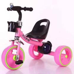 طفلة درّاجة ثلاثية مع لون موسيقى [ثر وهيلر] [تريك]