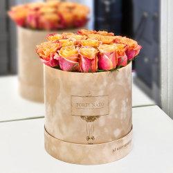 Раунда картонных коробок цветов бархата букет роз в подарочной упаковке .