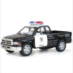 작은 플라스틱을 당긴다 후에 차, 소형 픽업 트럭이 아이를 위한 장난감 차를 철수하는 경찰을 Diecast