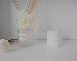 O copo de cerâmica com velas de cera de soja natural