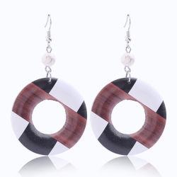 方法宝石類の円形のたがの木製の釣鉤のイヤリングが付いている白いトルコ石の球