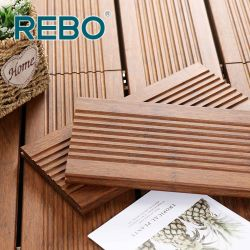 Um deck composto de madeira de bambu exterior do painel de piso