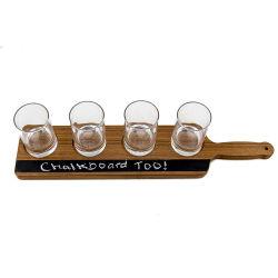Copo de vidro de cerveja na bandeja de Voo de madeira com pega e prontuário