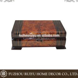 Rectángulo de madera con laca brillante viejo buscando Jewele