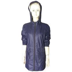 Het Lange Jasje met een kap van de Regen van Pu voor Vrouwen, met Water Bestand en met Drawstring bij Taille