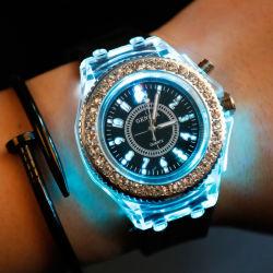 Женщин и мужчин спортивного запястья смотреть световой индикатор Quartz аналоговых Женеве моды торговой марки Diamond силиконовая смотреть