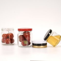 На заводе оптовой упаковке продуктов питания за круглым столом мед стеклянные баночки с металлической крышкой (63-2030)