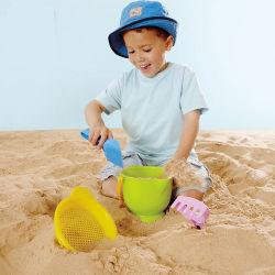 Les enfants de la plage de sable jouant bébé jouets en plastique