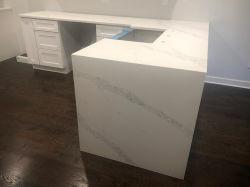 Weiße künstliche Quarzvorfabriziertcountertops für Küche/Badezimmer