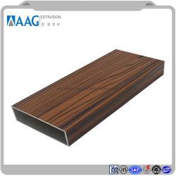 Cadre de la construction des portes et fenêtres en bois la surface du grain