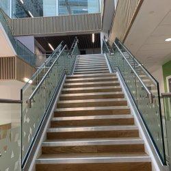 Plaza personalizada de la plataforma de servicio pesado balcón porche de la Escalera de acero inoxidable escalera de mano de vidrio pasamanos pasamanos pasamanos Baluster soporte