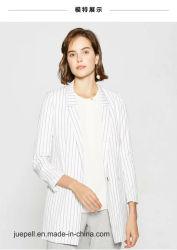 La mujer la moda en blanco y negro de la banda parte abrigo Chaqueta Blazer
