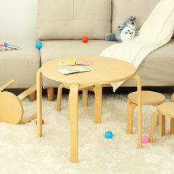 Естественный цвет один стол и четыре председателя