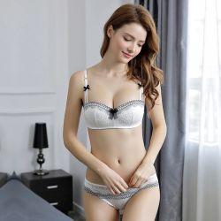 النساء يشاهدن حمالة الصدر وبطنة حمالة الصدر التي تسمح بمرور الهواء
