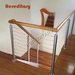 L'intérieur une balustrade en acier inoxydable et de rampes d'escalier en bois avec du fil/Rod