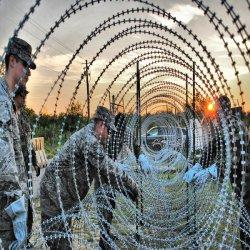 Domaine militaire et les applications de sécurité nationale de fil barbelé concertina rasoir de barbelés, des barbelés, de fer barbelé concertina sur bande