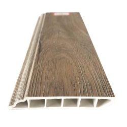 La pared de PVC color madera bordeando la base de placa base