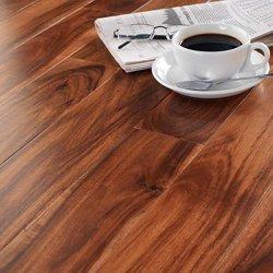 自然で赤いアジアクルミの堅木張りの床