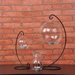 За круглым столом высокого боросиликатного стекла при свечах ремесла с Металлические полки для проведения свадеб оформление