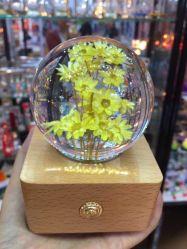 Résine acrylique Crystal Ball avec des fleurs pour la décoration de gravure personnalisée