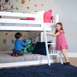 純木の双生児のスライドが付いている低い二段ベッド、白い子供の城のベッド