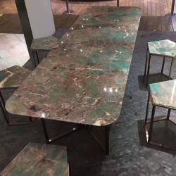 Amazonitaの花こう岩のダイニングテーブルまたは側面の上または壁のタイル