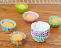 أكواب الصباعة الملونة لبطانات الكعكة الملونة