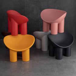 La vida moderna habitación con un solo día precioso de la serie de plástico silla