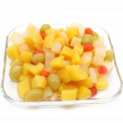 Vruchten van de ingeblikte mix in lichte siroop