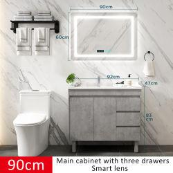 الحمام الحديث ذو الأرضية الخشبية الصلبة والحمام ذو خزانة المرايا