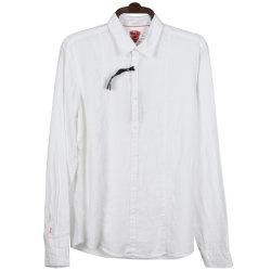 人の麻のシャツの白い偶然