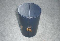 リボンが付いている円形の管のワインのギフト用の箱