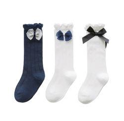 Il tubo sveglio personalizzato del cotone delle ragazze colpisce con forza calzini lunghi del ginocchio dei bambini gli alti con il legame di arco