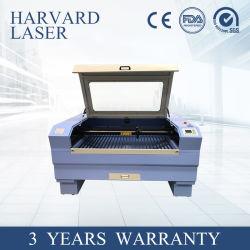 La gravure au laser et la coupe de la machine sur les planches de bois Papier acrylique