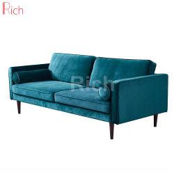 غرفة معيشة مفروشة بأثاث أريكة يمكن تحويلها إلى سرير من القماش الأزرق الملكي حديث