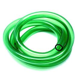 Tubo flexible de color alrededor de tuberías de plástico resistente con aceite