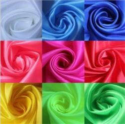 Glatte Oberfläche 75D * 150d 100% Polyester Einfarbig gewebte weiche Satin-Gewebe Für Schal-Bekleidung