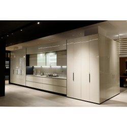 Cucina con finitura a forno bianca e arredo moderno realizzato dal cliente