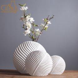 Forma de salir de estilo nórdico con Jarrón de cerámica de color blanco mate