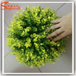Sfera artificiale dell'erba della pianta decorativa sempreverde