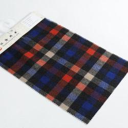 Colorida de un lado las faldas de cuadros escoceses