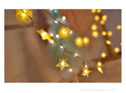 Lichter des Weihnachtenled für nordische Mädchen mit einem Stern-Gefüllten Raum verziert mit Kiefer-Kegel-Stern-Weihnachtsbaum-Lichtern