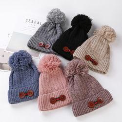 新しいデザイナー冬の暖かいボタンは女性のための編まれた帽子の帽子の帽子 日常生活