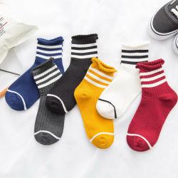 専門の生産の人の足首は綿の標準的なソックスを強打する